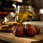Croquettes de morue, endives en vinaigrette, pacanes sucrées et salées aïoli piri-piri à l'érable Photo: Audric Gagnon