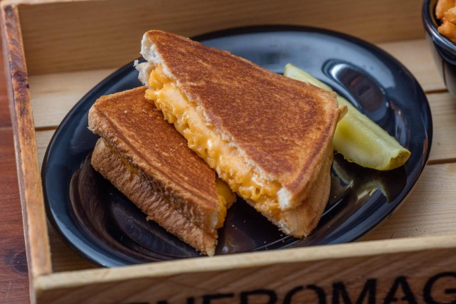 mltdwn new burger bar grilled cheese montreal restaurant (3)